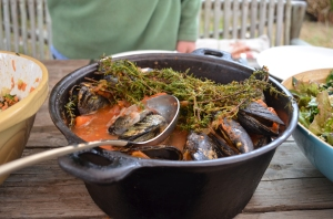 Mussel pot with tomatoes and thyme